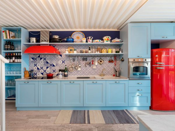 La cucina azzurra con pennellate di rosso