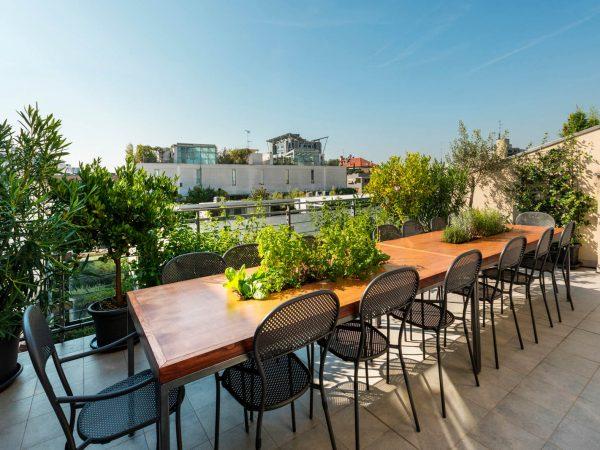 Il rande tavolo in terrazzo con i suoi aromi