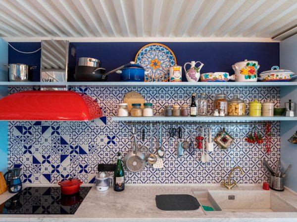 La cucina tra maioliche, marmo e colore