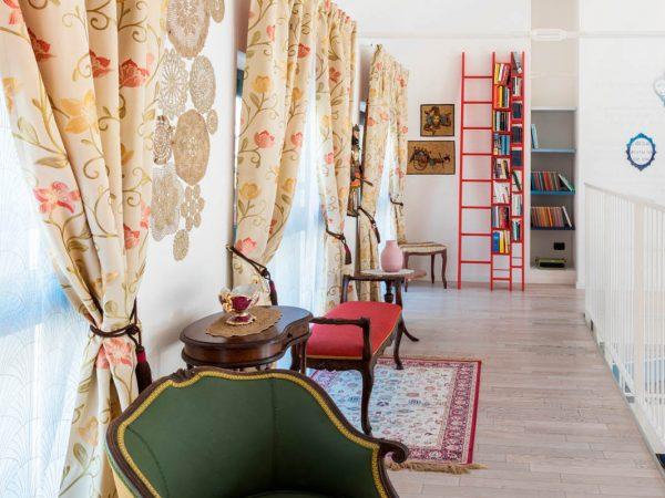 la libreria rossa che fa capolino nel salotto
